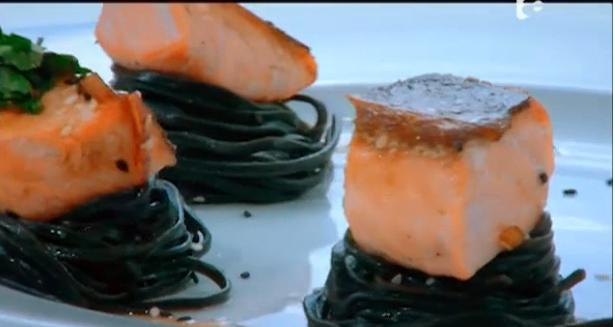 Nicolas Bosanco gătește Somon a L'unilatera cu paste nero di seppia