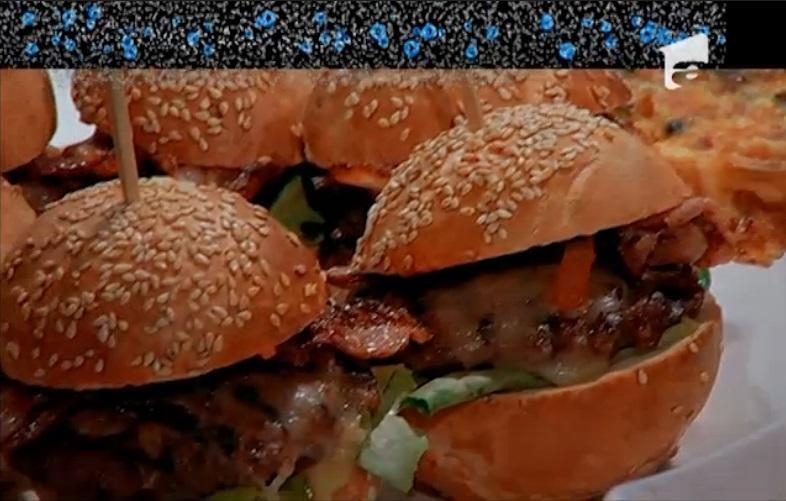Mini burgeri cu bacon crocant – preparați de Daniel Grosu