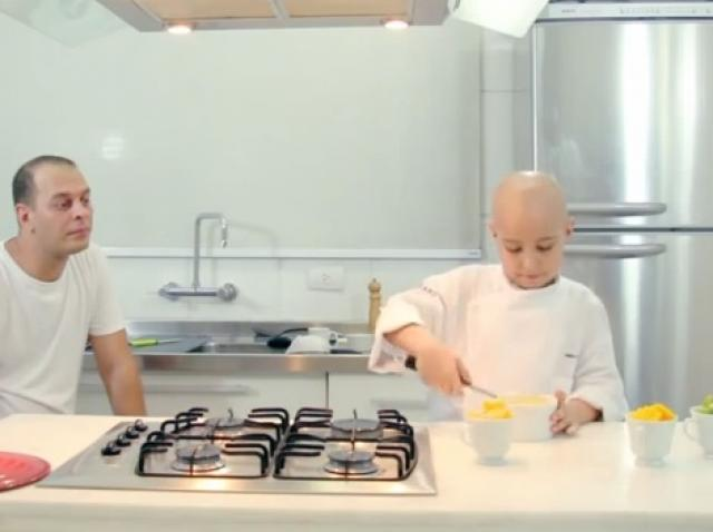 VIDEO! La opt ani, un băiețel bolnav de cancer are propriul show culinar