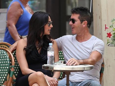 Simon Cowell a plecat in vacanta cu viitoarea mama a copiilor sai! Uite cum se distreaza in Saint-Tropez!