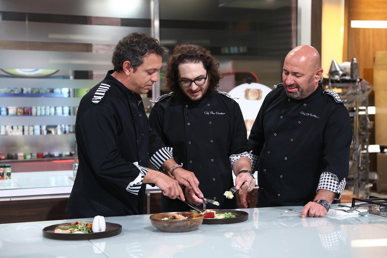 Florin Dumitrescu, Sorin Bontea si Catalin Scrlatescu in platoul Chefi la cutit, degusta din preparate