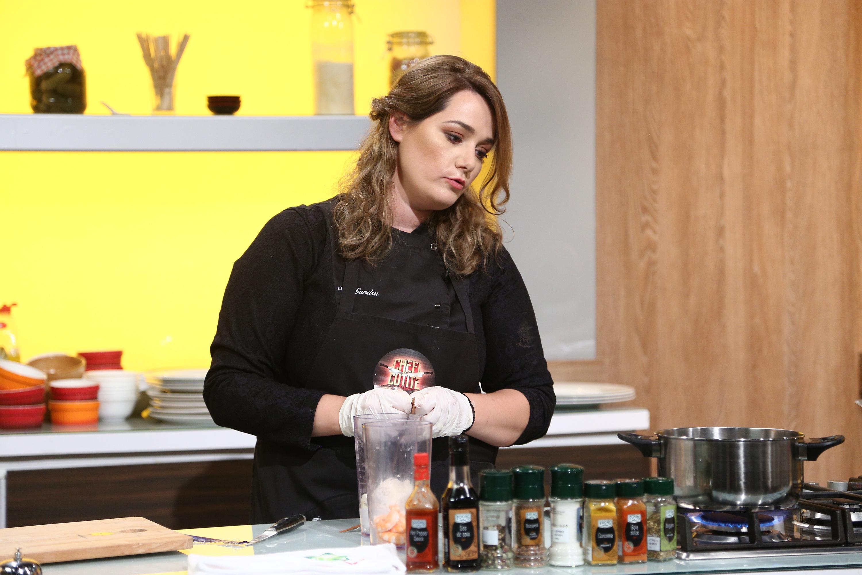 """Maria Șandru gătind în bucătăria emisiunii """"Chefi la cuțite"""", sezonul 8"""