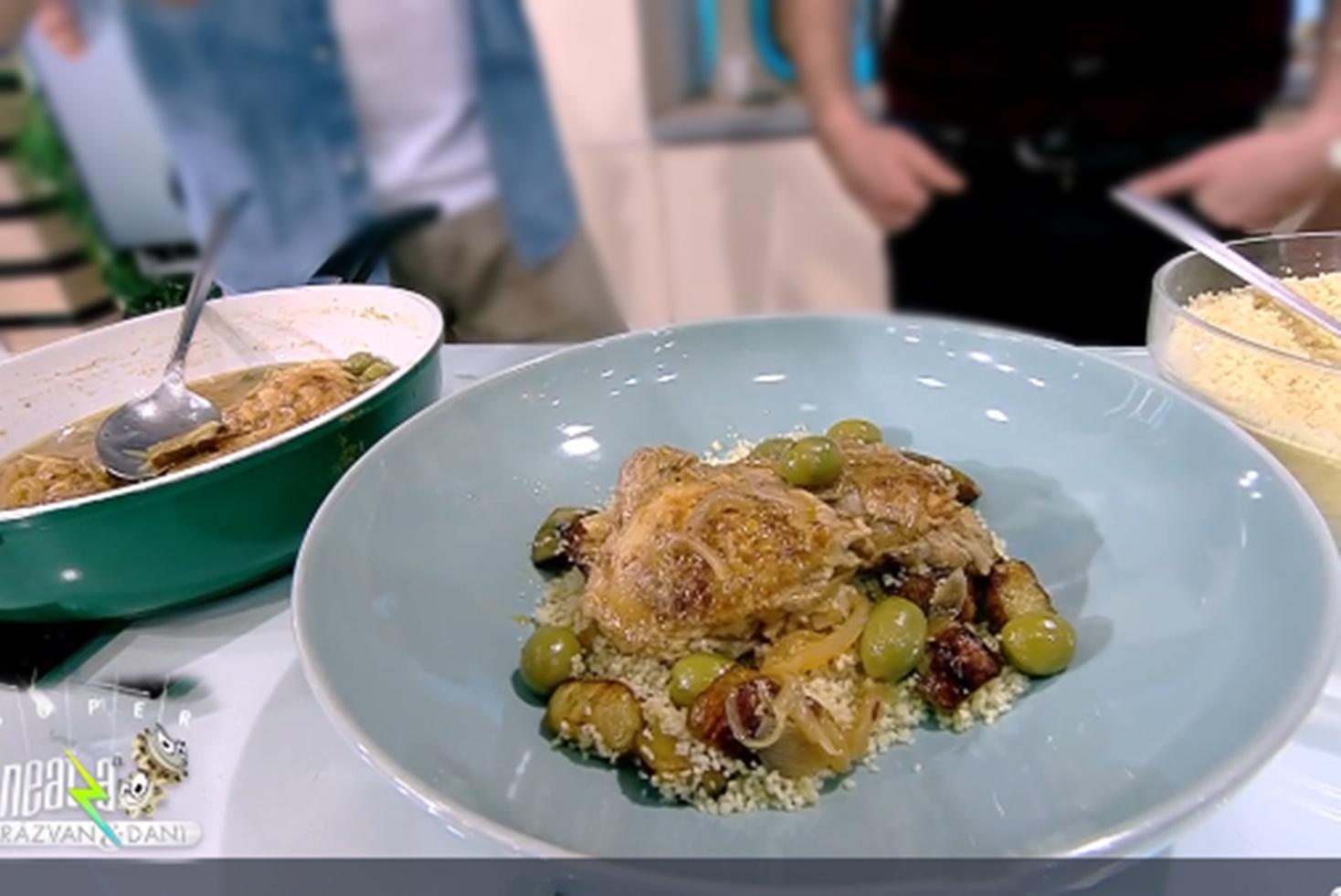 Puiul se marinează pentru o oră, apoi se prepară cu ceapă și măsline