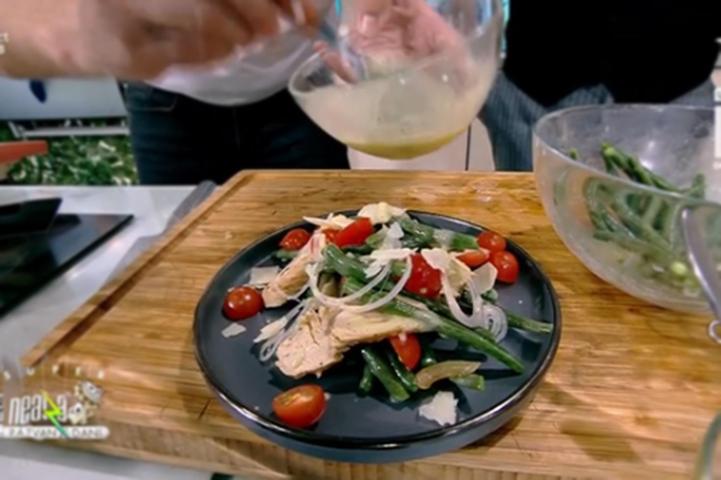 Salată din piept de curcan cu păstăi de fasole verde cu dressing de muștar și tahini