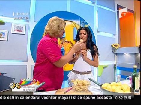 Daniela Crudu pusa la curatat cartofi
