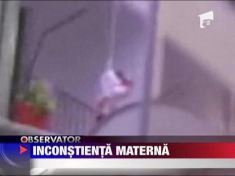 Socant!!! O femeie si-a coboara copilul cu o franghie pe balcon, pentru a recupera un tricou