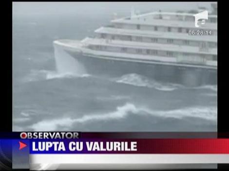 Nava de croaziera avariata de un val urias