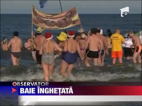Baie in apa inghetata a Marii Baltice