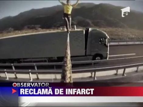 O sportiva din Croatia a mers pe o sfoara legata intre doua camioane in miscare
