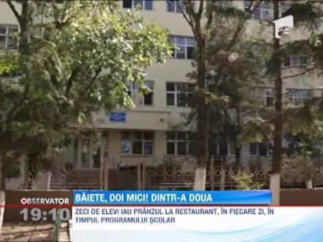 Elevii unei scoli din Bucuresti iau pranzul printre clientii care beau alcool si fumeaza