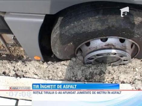 TIR inghitit de asfalt pe drumul national 1C