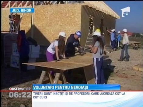 Circa 300 de voluntari straini construiesc si renoveaza case pentru oamenii saraci din Beius