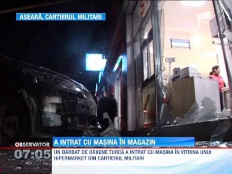 Bucuresti: Un barbat a intrat cu masina intr-un hipermarket dupa ce s-a certat cu sotia