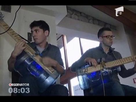 O trupa poloneza de muzica jazz canta la instrumente confectionate din gunoaie