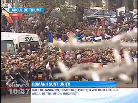 Mii de romani iau parte la parada de Ziua Nationala organizata la Arcul de Triumf din Capitala
