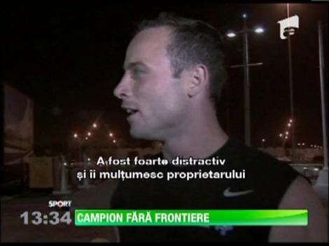 Oscar Pistorius, sportivul fara picioare, a intrecut la viteza un cal arab!