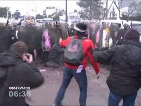 Franta: 19 politisti au fost raniti in timpul confruntarilor cu angajatii unei fabrici de anvelope ce urmeaza sa fie inchisa
