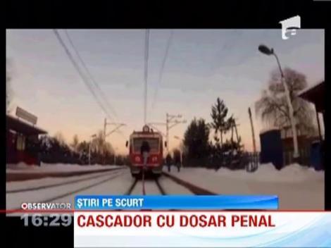 S-a filmat in timp ce mergea cu schiurile legat de un tren