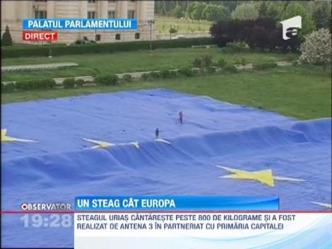 UPDATE / Steagul urias al Uniunii Europene, arborat in Piata Constitutiei