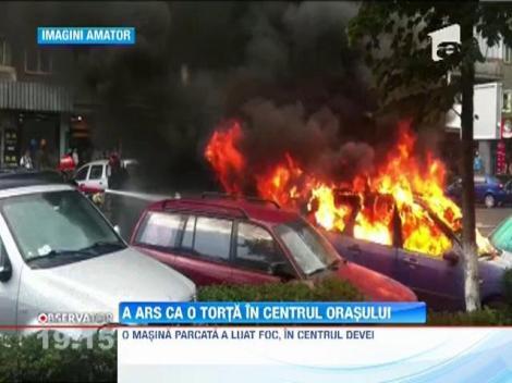 O masina a ars ca o torta in centrul orasului Deva