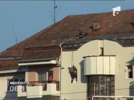 Pompierii din Gherla au intervenit pentru a salva o femeie care ramasese incuiata pe balcon
