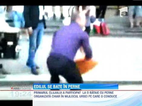 Emil Boc a participat la o bataie cu perne in centrul Clujului