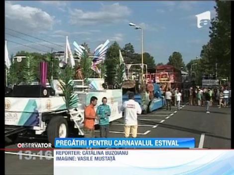 Pregatiri pentru carnavalul estival de la malul marii