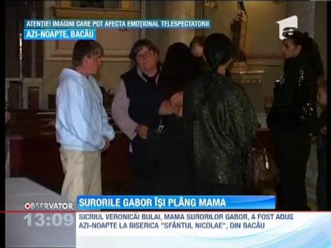 IMAGINI SOCANTE! / Surorile Gabor isi plag mama
