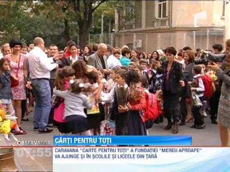 """Caravana """"Carte pentru toti"""". Elevi ai scolilor din Bucuresti au primit manuale din partea Fundatiei """"Mereu Aproape"""""""