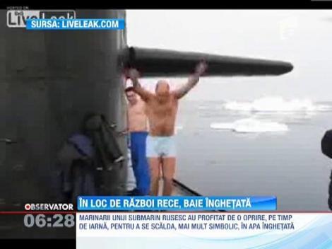 Baie de gheata pentru cativa marinari din echipajul unui submarin rusesc