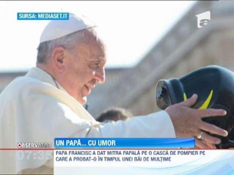 Papa Francisc a testat o casca de pompier
