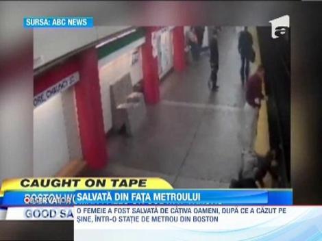 MIRACOL: A cazut pe sinele metroului, dar a fost salvata de trecatori