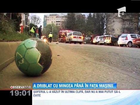 Un baiat de 11 ani din Baia Mare a fost lovit de o maşina, dupa ce a încercat să recupereze o minge