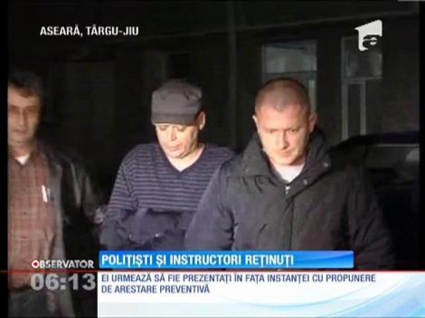 Doi poliţişti din Târgu Jiu au luat şpagă să elibereze permise auto