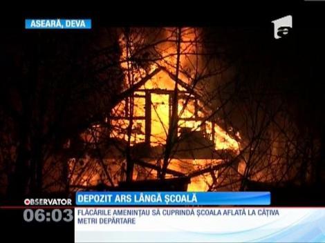 Depozit de cherestea ars lângă o școală din Deva