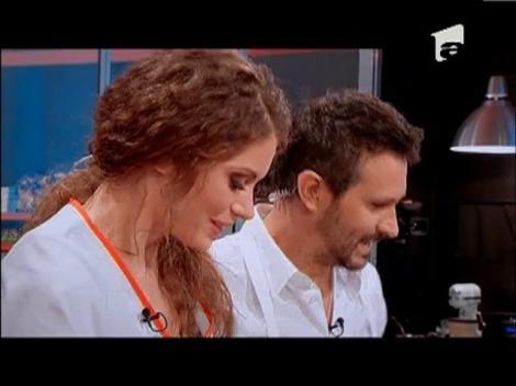 Chef Nicolai Tand o învaţă pe câştigătoarea Miss Universe România să facă salată