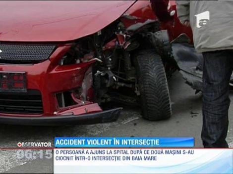 Două maşini s-au ciocnit violent într-o intersecţie din Baia Mare