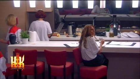 Bucătăria din casa Hell's Kitchen s-a transformat în salon! Bigudiurile lui Angi au stârnit revoltă în rândul băieților!