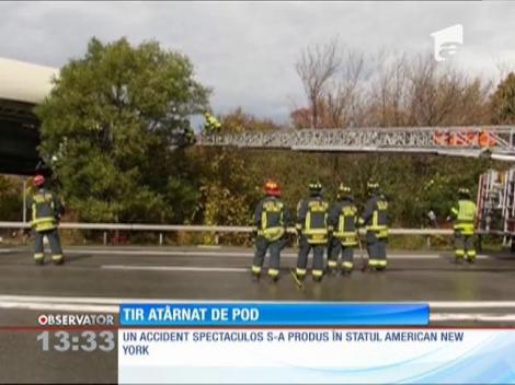 TIR atârnat de un pod, în urma unui accident