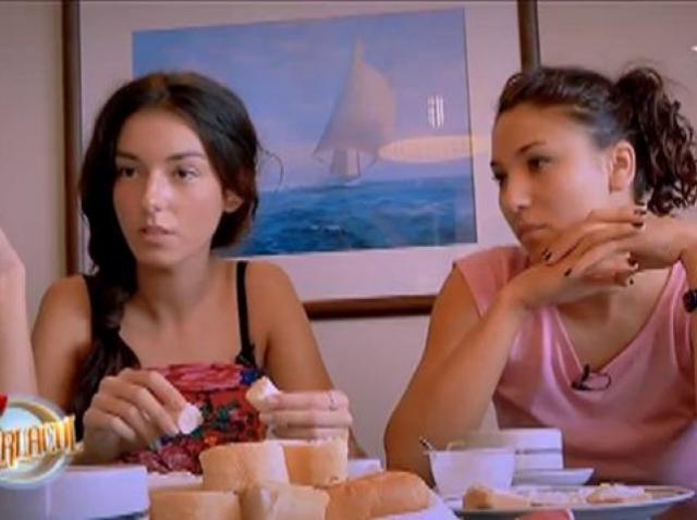 """Fetelor, fără violență, vă rugăm! Roxana: """"Dacă nu taci, îți dau una!"""""""