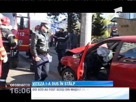 Doi soţi din Baia Mare au intrat cu masina într-un stâlp de iluminat public