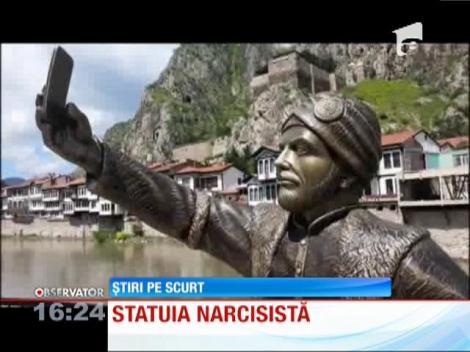 O statuie ce întruchipează un faimos prinţ otoman în timp ce îşi face un selfie ridică multe sprâncene în Turcia