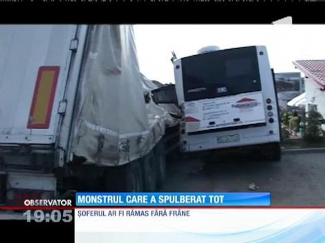 Un TIR rămas fără frâne s-a oprit într-un autobuz. Mastodontul încărcat cu fier a spulberat totul în cale!