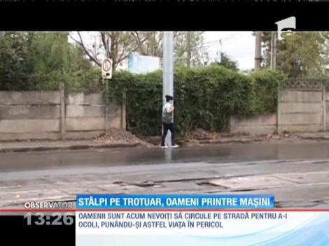 Mai mulţi stâlpi metalici au apărut din senin pe trotuarele din Ploiești