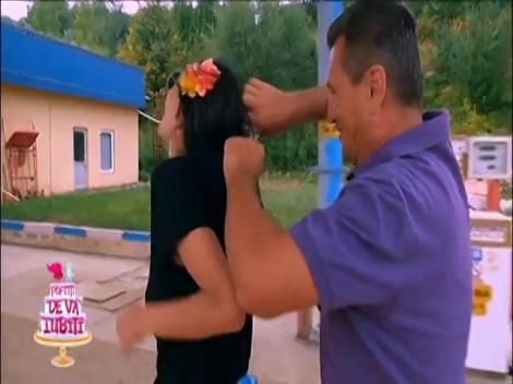 I-a strecurat șopârla sub tricou și ea a luat-o razna! Cosmina Păsărin, reacție de milioane la farsa lui nea Mărin!