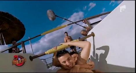 Băieții au dezbrăcat-o pe Daniela până i-au văzut formele extrem de sexy! Spiritele s-au încins la piscină, iar Daniela a ajuns în brațele unui concurent!