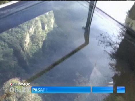 O spectaculoasă pasarelă transparentă din munţii Chinei s-a fisurat