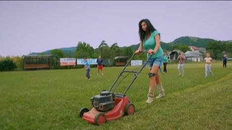Nicoleta Luciu a tuns gazonul echipei de fotbal din Bârsana