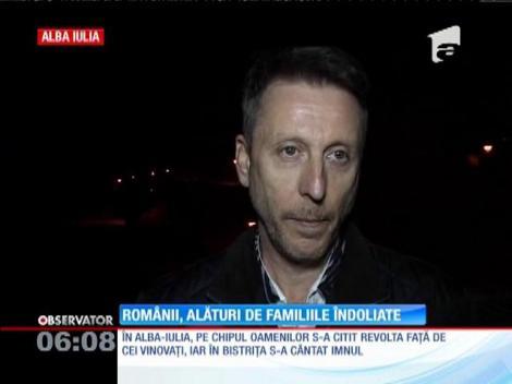 Pentru a treia seară, în oraşele din România s-au aprins candele în memoria celor 31 de morţi