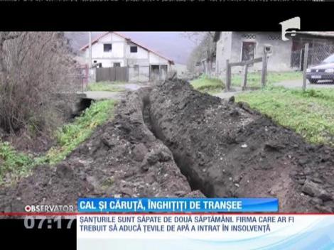 Gropile săpate pentru conductele de apă de pe o stradă din Dej au început să facă victime. O căruţă a căzut în şanţ